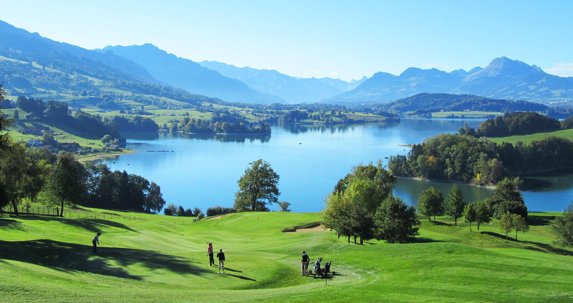 Au Golf Resort La Gruyère, une réalisation de prestige voit le jour pour s'intégrer dans un environnement remarquablement préservé.